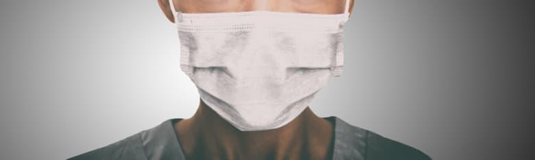 Persona con una mascarilla desechable quirúrgica